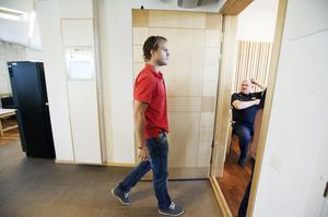 NHL-STJÄRNA RÅNAD. Tobias Enström på väg in i rättssalen, som brottsoffer. Han slogs ned och rånades en natt i somras i Örnsköldsvik. En man ställdes inför rätta  men friades från rånmisstankarna. Vittnesmålen ansågs för osäkra. Mannen dömdes dock för att ha bluffat om sin identitet.