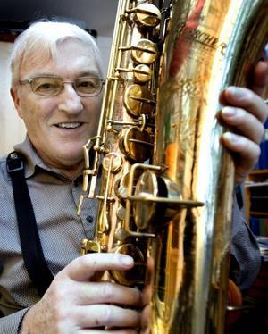 Får pris. Jazzentusiasten Yngve Magnusson belönas för sitt engagemang i Gävle Jazzklubb och får ta emot jazzklubbens stipendium som delas ut på den traditionella Trettondagsjazzen i Gävle Folkets Hus.