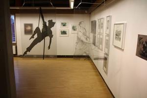 Genom Pamela Törn Skoglunds genomskinliga verk Livets tråd och Nig för döden anas övriga konstnärers verk.