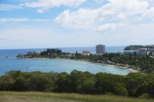 Uppe på berget Ouen Toro finns ett naturreservat med en utkiksplats över delar av Nouméa. Den smala udden som går ut är Anse Vata och bakom den anas Baie des Citrons.