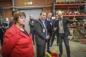 AnnSofie Andersson (S), Stefan Löfven (S) och Mikael Damberg (S) visas runt på Saab i Lugnvik.
