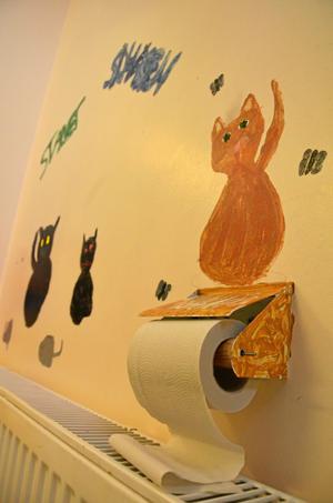 """Kattpapper. """"Kattoaletten"""" heter den här utsmyckningen på toaletten i källaren."""