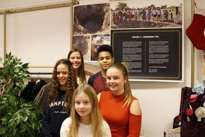 Här är en kvintett som laddar för nio dagar i Senegal. Från vänster: Klara Lindh, 11, Kajsa Lindh, 14, Greta Spåls, 11, Milton N´Diaye, 14, Klara Spåls, 15. Ebba Elvelid saknas på bilden.