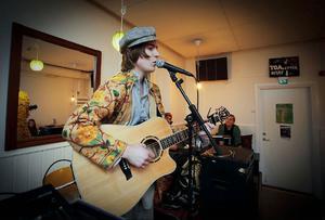 Erik Wennergren framförde gitarr och munspel till egenskrivna låtar igår kväll på Tingshuset.