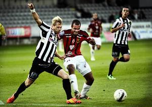 Alex Dyer syns här i hård kamp om bollen med en hemmaförsvarare. Det var tuffa tag och mycket jämnt mellan ÖFK och Landskrona, men med både tur och skicklighet kunde ÖFK till sist avgöra.