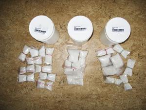 Ett av polisens beslag. Misstänkt narkotika i piller- och pulverform.