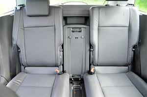 Om bara två personer ska färdas i baksätet kan tillvaron göras drägligare genom att mittplatsen fälls undan och de två ytterstolarna centreras en smula i bilen.