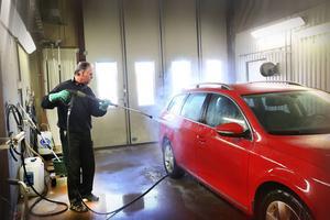 Att tvätta bilen vid rätt biltvätt är rena miljöinsatsen. Håkan Nordvall är garanten i helgen.