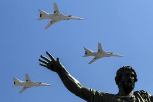 Bombflyg. Samma sorts flygplan som övade kärnvapenangrepp mot Sverige påsken 2013 deltog i årets segerdagsparad i Moskva.