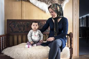Den här kvinnan från Afghanistan vilar ut tillsammans med sin lilla dotter.