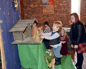 Natanael Lassbo var en av flera barn som ville vara med och forma julkrubban i Vikmanshyttans kyrka på julaftonen.
