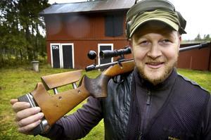 Först ut. Mattias Grändås har jaktmarkerna kvar i Lindesberg, men bor numera i Hagfors. Han var först ut i särskjutningen från de individuella jägar- och elitklasserna till söndagens mästerskap.