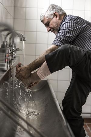 Ahmad Berazi tvättar sig före bönen – något som görs i ett rum i moskén.