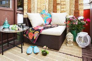 Genom en smakfull och enkel inredning får balkongen ett rejält lyft och blir sommarens skönaste uterum. Här med marockansk inspiration: tebordet kommer från Spiti och kostar 2 295 kronor, fåtöljen kommer från Balkongshoppen.se och kostar 5 990 kronor och mattan kommer från Ikea och kostar 49 kronor.
