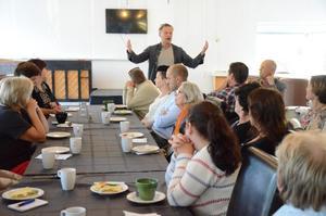 Möte med företag. Stefan Backius (V) berättar om Vänsterns visioner om hur det lokala näringslivet kan utvecklas med hjälp av politiken. Frukostmötet skedde på idag på morgonen.