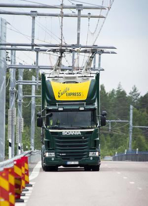 Den eldrivna Scanian kör på den världsunika elvägen .