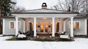 Huset är byggt på 1920-talet i sydeuropeisk stil. Madelen Tornmalm och Martin Nilsson föll för det pampiga utseendet med fyra pelare framför dubbeldörrarna.