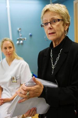 """""""Vi skriver ett avtal med patienten där det ingår en timmes behandling åt gång vid sex till åtta tillfällen. För det betalar de patientavgiften på 150 kronor och de innefattas i högkostnadsskyddet"""", säger Anne-Marie Jaarnek, chef för beställarenheten. """"Fokus ligger på  att ge patienten verktyg för at rädslan ska kunna hanteras så att tandvård i framtiden blir möjlig"""", säger tandläkaren Carolina Chèmis  till höger i bild."""