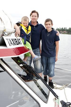 Pontus Norlinder, med sonen Felix till vänster och Kasper till höger, kör Runns Taxibåt.