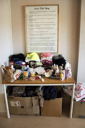 Leena Backlunds garderob består av ett bord och några kartonger.