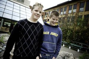 15-årige Kristoffer Lindholm och 14-årige Emil Ryman är två av de 20-talet högstadiekillar som i dag börjar sommarpraktisera på en förskola eller ett daghem i Gävle.– Ett bra sätt att tjäna pengar på samtidigt som vi får jobba med barn, säger Emil Ryman.