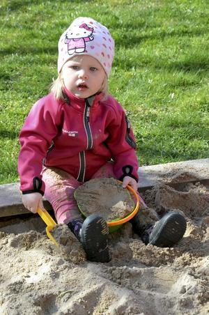 Klara Öretmark gräver i sandlådan.