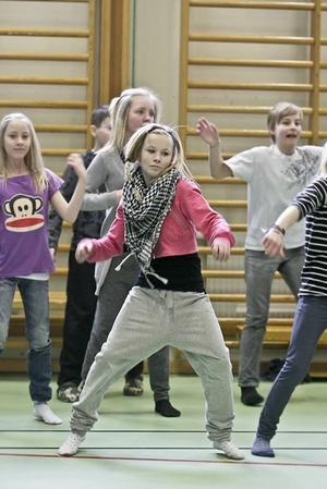 Elvaåriga Amanda Karlström, 11, hängde med i rytmerna utan problem. Men så tävlar hon i dans på fritiden också.