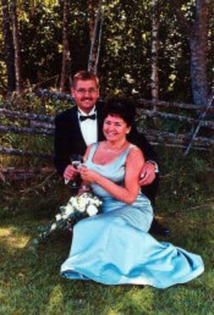 Thomas Lindqvist och Carina Sandström, Solum, Härnösand, har den 20 augusti vigts hemma i torpet i Solum. Vigseln förrättades av Andor Emnegard. Bruden fyllde samma dag 50 år så firandet blev dubbelt. Bruden tar efternamnet Lindqvist.
