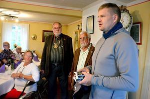 Robert Näslund fick på måndagskvällen ta emot Fränsta Rotaryklubbs gåva till Ångeambulanserna, fyra stycken avsnörande förband.