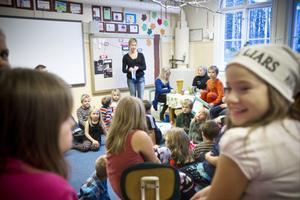 Stormöte, eller elevråd, hålls varje fredag med elever från alla årskurser. I mitten står läraren Tora Magnusson.