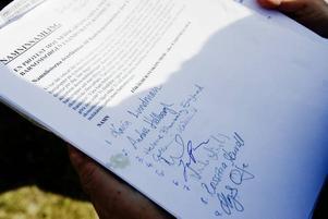 1 052 personer har skrivit under den protestlista mot nedskärningarna inom förskolan som i går inlämnades till kommunen.