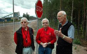 Lennart Kjellin och Bo Larsson vägombud hos Motormännen utbytte lite tankar och åsikter med Hans Östberg om utformningen av av- och påfarter längs riksväg 70.FOTO: MIKAEL ERIKSSON