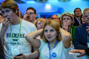 Unga moderater på partiets EU-valvaka efter prognoser om fallande resultat för partiet på City Conference Center , Norra Latin i Stockholm på söndagen. Foto: Henrik Montgomery / TT