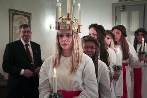 Frida-Li Rehnström anlände till Alfta kyrka efter att även ha framträtt på Sunnangården. Men där var Hanna Ollas, förra årets lucia i Alfta, ljusdrottning. Ingemund Andersson håller ett vakande öga.
