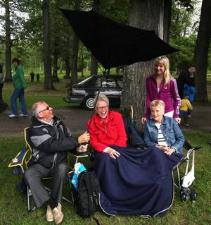 Blåsten vände ut och in på Christer Asps paraply så att den blev strutformad. Filten skyddar benen på hans maka Sol-Britt Asp och väninnan Inger Pettersson. Ingers barnbarn Linda Pettersson därbakom.