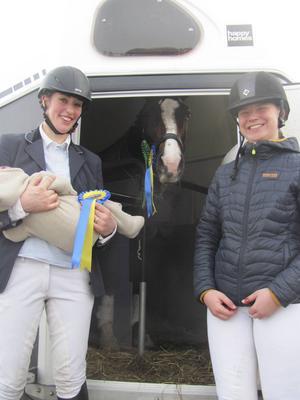 """Emma Wängelin/Dover vann Lätt B:1 och kom femma i Lätt A:1. A:1-ans vinnare var Hanna Lundkvist, till vänster, här med sin unga """"påläggskalv""""."""