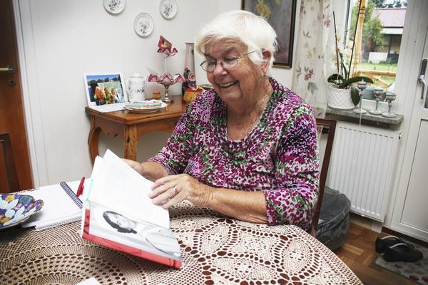 Fina minnen. Ingrid Asplund bläddrar i boken Kvinnoliv i Västmanland där hennes berättelse är med.