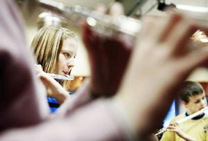 Sofia Grenholm har spelat tvärflöjt i ungefär ett år och börjar gilla sitt val av instrument. Tillsammans med sina klasskamrater från Hammerdal så deltog hon i ett orkesterläger i Östersund i helgen.
