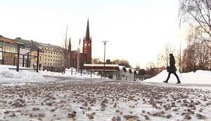 Nu sandas alla gångvägar i Sundsvall. På söndagen hade akuten dubbelt så många ortopedpatienter än vanligt och orsaken är halkan efter väderomslaget.