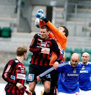 Tim Andersson, Viktor Hansson och Robin Fryklund hjälps åt att fånga in bollen.