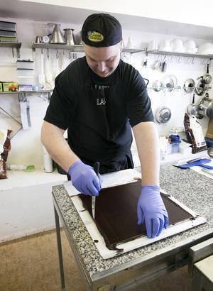 Mattias Laby kan både göra praliner för hand och med maskin.