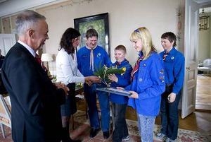 Sollefteås scoutkår får pris av landshövdningen Gerhard Larsson och blommor av Berit Frykland.