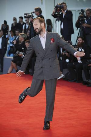 Ralph Fiennes visade prov på sin vilda dansstil även inför kamerorna i Venedig.
