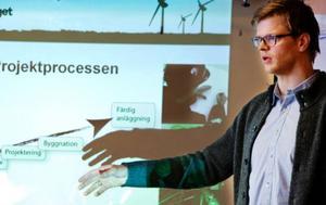Svenska vindbolagets vd Hans-Christian Schulze visar var vindsnurrorna ska stå.