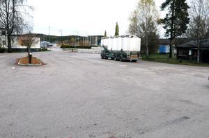 Kommunen vill se över lastbilsparkeringen intill Flottaren, bland annat med skäl till att de vill få bort den tunga trafiken och att det ibland står ekipage där lastade med farligt gods.