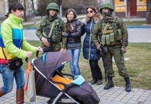 I centrala Simferopol finns nu mängder med ryska soldater, som välkomnas av folket på plats.