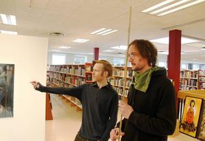 Fredrik Wimmercranz och Stefan Markström planerar hur de ska presentera sin utställning.