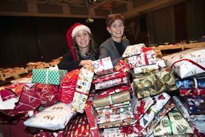 Martina Bergman  och Helen Östergren såg till att 2 500 julklappar spred glädje i Borlänge.