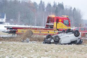 Mannen kunde gripas efter att bilen han färdades i voltade utanför Köping.
