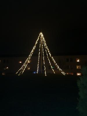 Iår blev det ingen julgran på knotavägen, men flaggstångsbelysning. / Linnea